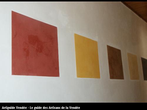 réalisation d'un mur en stuc d'argile avec insertion de cadre  (en stuc d'argile de couleurs différentes)